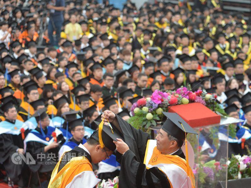 英國高等教育調查公司QS公布2019大學畢業生就業力排行榜,台灣有8所大學上榜,排名最高的國立台灣大學第81名。圖為台灣大學畢業典禮一景。(中央社檔案照片)