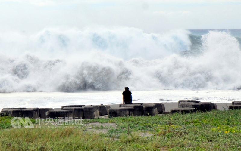 受到山竹颱風外圍環流影響,東部太平洋上午出現4至5米長浪,打在礁岩上激起10幾公尺浪花,遊客到海邊觀賞難得的晴空巨浪。中央社記者盧太城台東攝 107年9月14日