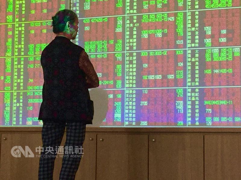 截至14日10時40分,加權股價指數上漲102.66點、為10829.89點、成交值新台幣614.35億元,蘋概股成為多頭指標。(中央社檔案照片)