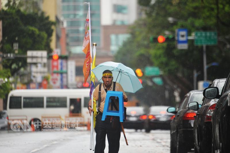 反年金改革抗爭碰大雨