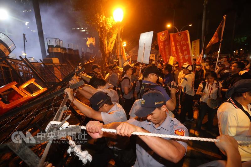 反年改 晚間立院外警民爆衝突(1)