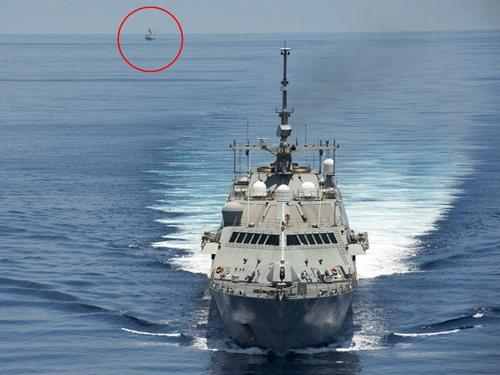 美國海軍濱海戰鬥艦沃斯堡號近期巡弋南海,在南沙群島一帶遭遇解放軍054A型鹽城號(後方紅圈處)。美國海軍網站公布系列照片,並指雙方遵循「海上意外遭遇準則」,進行「專業的互動」。