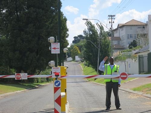 選擇有保全警衛與進出閘道的住宅社區,確實比較安全。