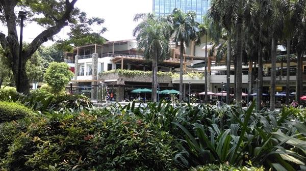 位於馬卡蒂市的高級商場綠意盎然,購物與休閒合一