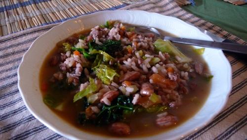 雜菜粥如義式白菜滷,是由青菜、豆子、白米、燻豬肚肉和義式香腸等豐富食材熬成的粥,在美食王國義大利中,卻還只是道「窮人料理」。