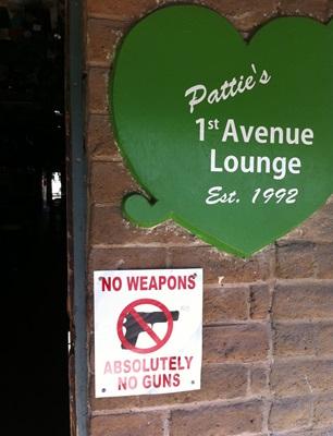 美國亞利桑那州一間酒吧,限制攜槍進入的告示。