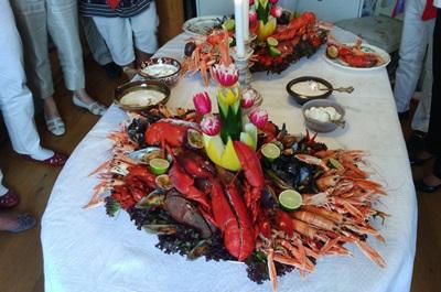 瑞典小龍蝦的傳統煮法簡單,以啤酒及加入各種香料的清湯熬煮,蒔蘿去腥,冰鎮後就可以上桌。