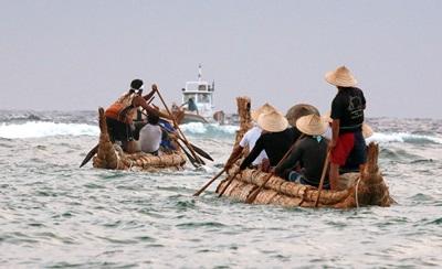 日本國立科學博物館等單位所組成的團隊,以最原始的方式重現3萬年前人類渡海遷徙。圖為從沖繩縣與那國島划著草船航向外海的團員們。