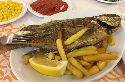 以色列境內有知名的加利利湖是聖經的重要場景,耶穌的門徒彼得就是在這裡打魚。餐廳應景提供「彼得魚」(圖),大獲基督徒旅客青睞。