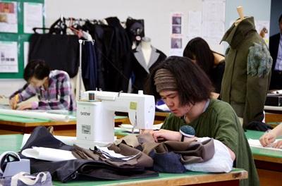 努力製作外套的文化服裝學院學生。