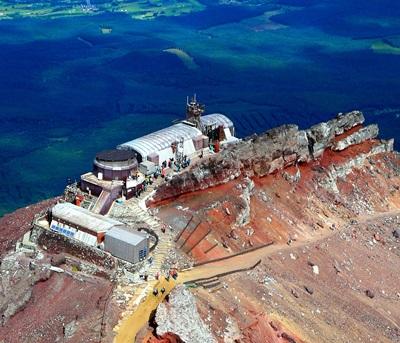 坐落在山頂上的「富士山測候所」。