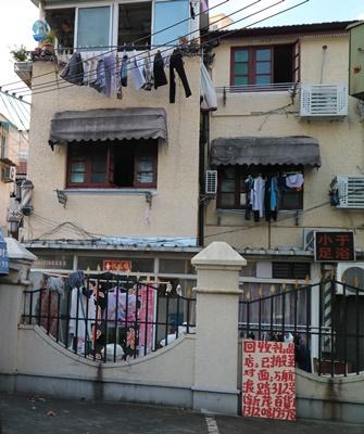 上海居民習慣將衣服曬在外面,當地民眾認為這樣的市容添了幾分人味。