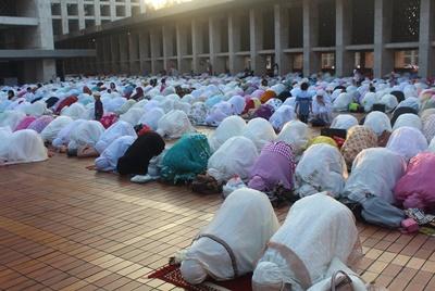 印尼開齋節當天,大批穆斯林前往清真寺禮拜。